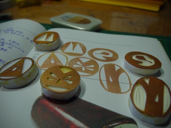 琥珀營專用的橡皮章刻好囉~是由台博館說明員自行設計、捲捲代刻,看得出來分別是AMBER五個字母嗎? (啊~不過B蓋歪90度了)
